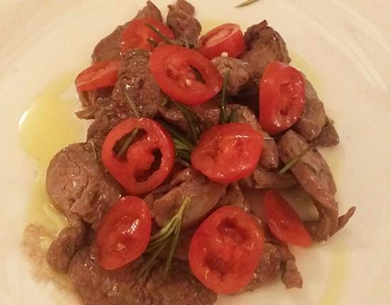Stracciati di filetto con pomodorini e rosmarino